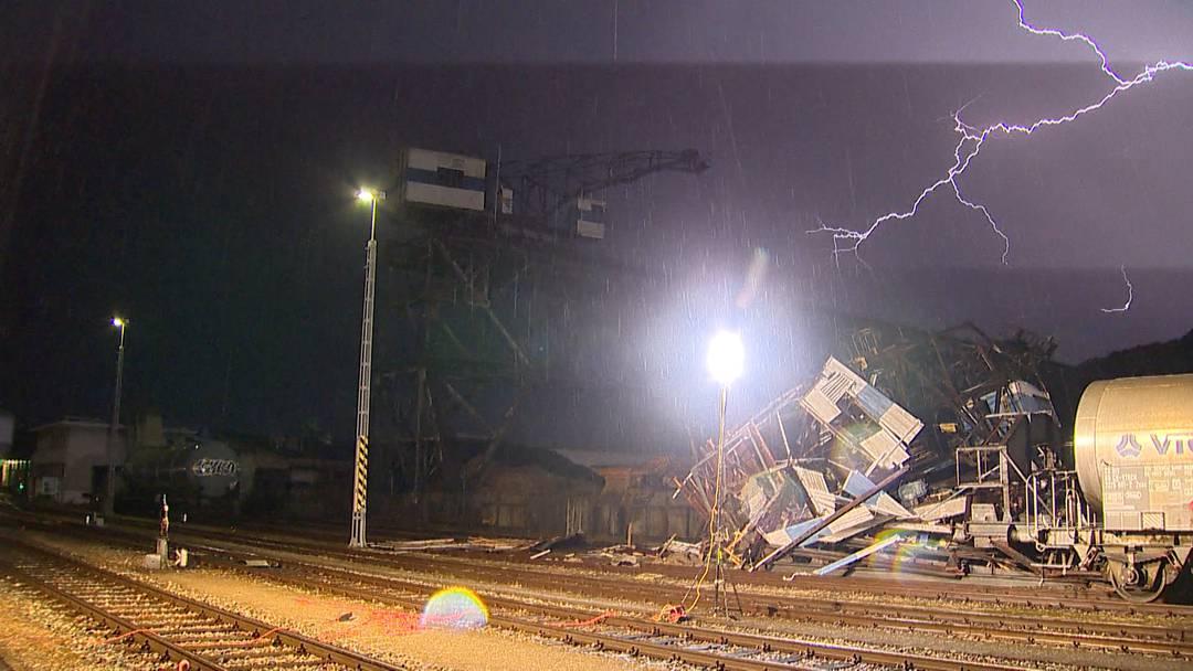 Sturm bringt Brückenkran zum Einsturz