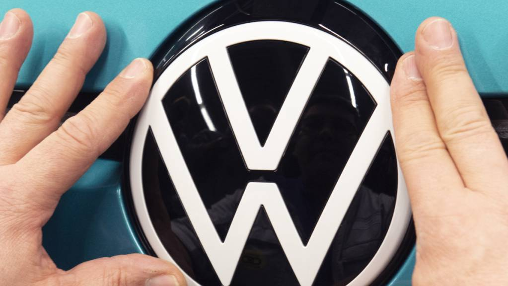 Der Volkswagen-Konzern ist wegen der Corona-Verkaufsbeschränkungen im April wie erwartet stark unter Druck gekommen. Konzernweit brachen die Auslieferungen im April um knapp die Hälfte ein. (Archivbild)