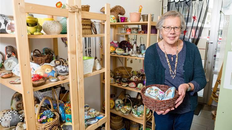 Auf knapp zehn Quadratmetern verkauft Edith Märki mit Serviettentechnik bearbeitete Steine. Fotos: Sandra Ardizzone