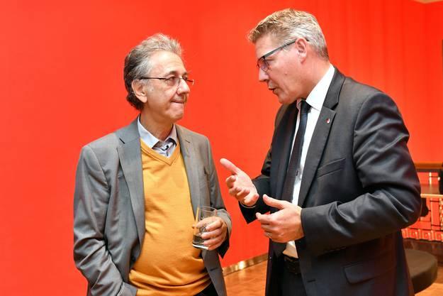 Georg Darvas, Leiter Theater Dornach (l.) spricht mit Roland Fürst, Landammann.