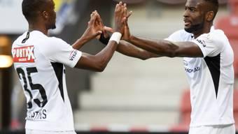 Passgeber Christopher Martins (links) und Torschütze Jean-Pierre Nsame freuen sich über YBs 1:0.