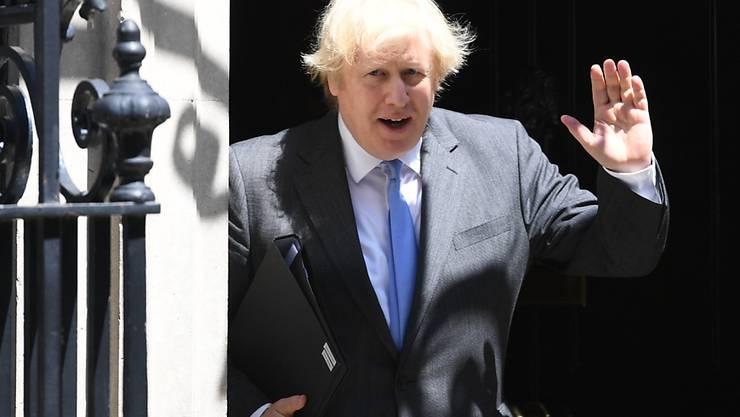 Boris Johnson verlässt die 10 Downing Street in Richtung Unterhaus, wo er ein Statement zur Corona-Pandemie machen wird. Foto: Stefan Rouuseau/PA Wire/dpa