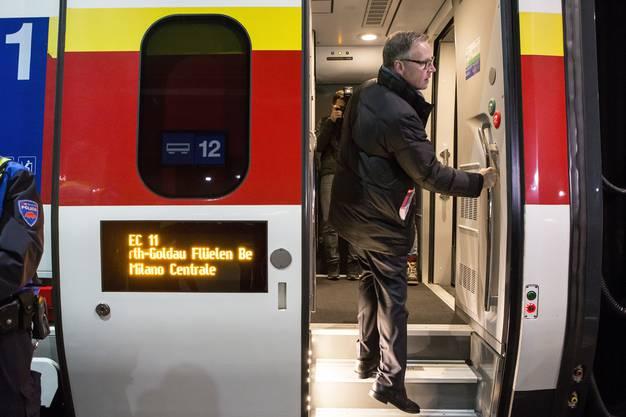 Andreas Meyer, CEO SBB, steigt in den Eroeffnungszug in Zuerich, welcher nach Lugano durch den Gotthard-Basistunnel faehrt, am Sonntag, 11. Dezember 2016. Der heutige 11. Dezember ist ein besonderer Tag fuer die Schweiz: Nach 17 Jahren Bauzeit wird der Gotthard-Basistunnel, mit 57 Kilometern der laengste Tunnel der Welt, feierlich in den regulaeren Fahrplan aufgenommen. (KEYSTONE/Alexandra Wey)