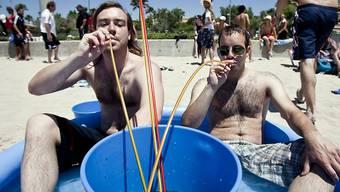 Zwei deutsche Touristen beim Eimersaufen am Ballermann auf Mallorca. (Archivbild)