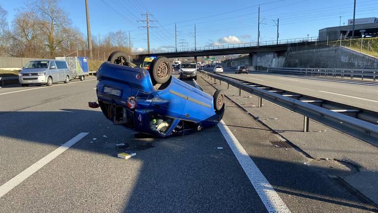 Rothrist AG, 31. Januar: Im Feierabendverkehr ereigneten sich auf der A1 drei Unfälle innert fünf Minuten. Der Fahrer dieses blauen Wagens war am Steuer eingeschlafen. Er blieb unverletzt, am Auto entstand Totalschaden.