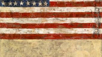 Jasper Johns «Flag Above White with Collage» aus dem Jahr 1955. Enkaustik und Collage (Zeitungspapier) auf Leinwand.