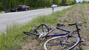 Die 53-Jährige Velofahrerin verletzte sich bei der Kollision mit einem Personenwagen schwer und musste hospitalisiert werden.  (Symbolbild)
