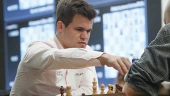 Magnus Carlsen führt die Schachfiguren auch bei geringer Bedenkzeit präzise zum Sieg.