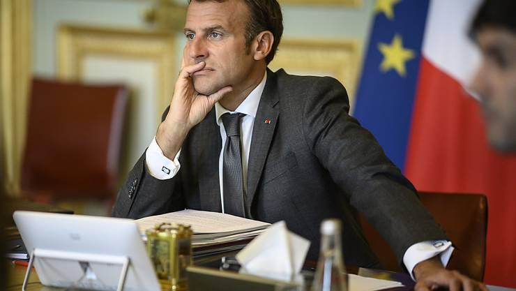 Frankreichs Präsident Emmanuel Macron nimmt im Elysee-Palast an einer Videokonferenz mit EU-Kollegen teil. Foto: Eliot Blondet/ABACA Pool/AP/dpa