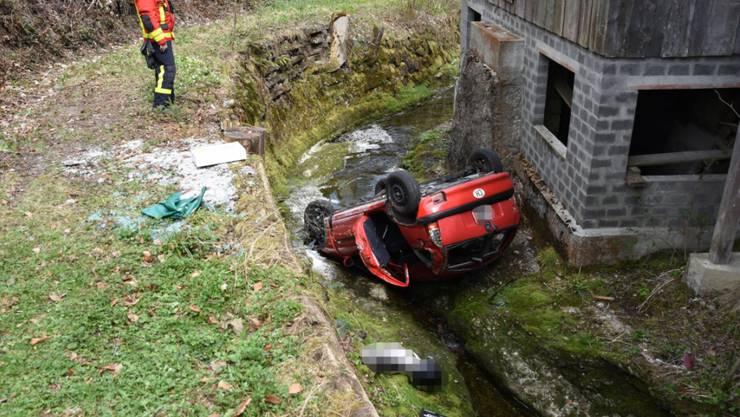 Der 51-jährige Lenker kam in Degersheim SG von der Strasse ab, worauf sich sein Auto überschlug und in einem Bach landete. Er blieb unverletzt und konnte sich selber befreien.