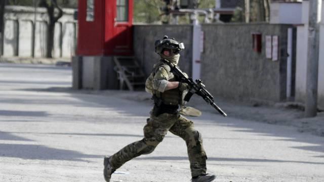 Ein Nato-Soldat rennt zum Ort des Anschlags in Kabul