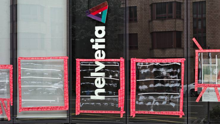 Getroffen hat es auch die Helvetia-Versicherung, deren Glasfront zertrümmert wurde.