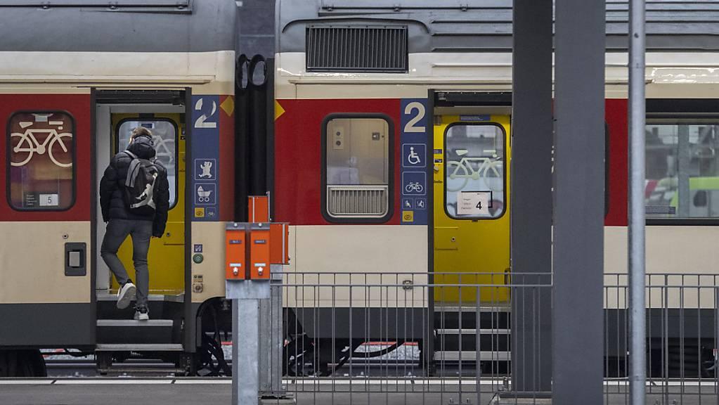 Die SBB wollen stark frequentierte Bahnhöfe in Zukunft von eigenem Personal reinigen lassen. (Archivbild vom Bahnhof Chiasso)