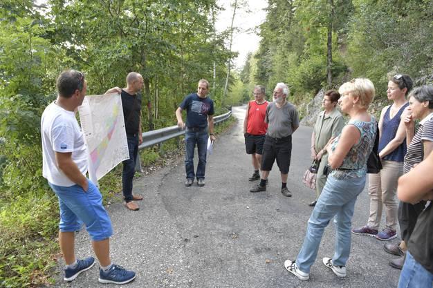 Revierförster Patrik Mosimann informiert über das Projekt Schutzwald, das schon seit einigen Jahren erfolgreich läuft.