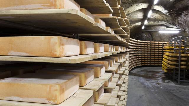 Rechteckige Käselaibe für Raclette in den Kaltbach-Höhlen von Emmi (Archiv)