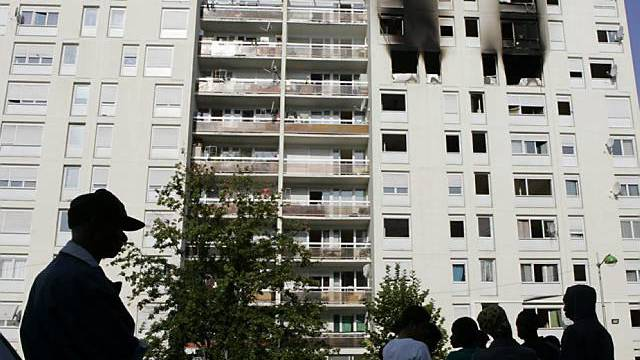 Ausgebrannte Wohnungen in Hochhaus