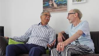 Koni Grimm und René Gubelmann diskutieren lebhaft über das gemeinsames Bildpaar hinter ihnen an der Wand.
