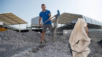 Er hat die Elektroofenschlacke im Griff: Schwinger Remo Käser wirbt als «Ruvido»-Markenbotschafter der Stahl Gerlafingen AG.