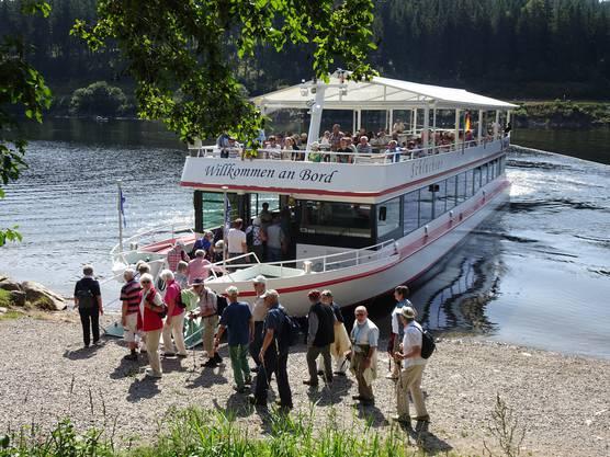 """Schluchsee: Die """"Ausflügler"""" schiffen sich ein, um  zum Gasthaus Unterkrummenhof zu gelangen, die Wanderer geniessen den gemütlichen Bummel dem Ufer entlang"""