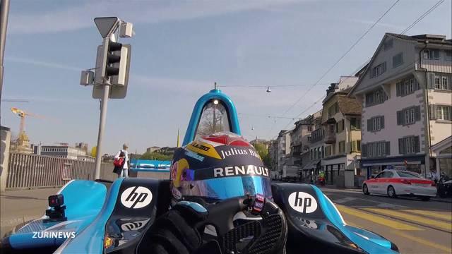 Sebastien Buemi fährt mit Formel-E-Wagen durch Stadt