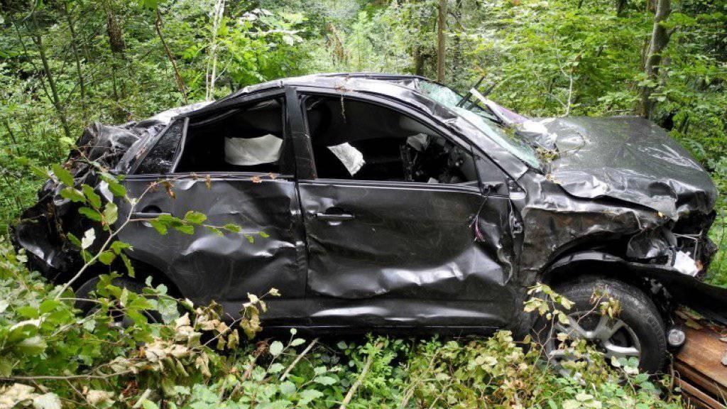 Der 65-Jährige, der mit seinem Auto im Kanton Obwalden abgestürzt war, konnte sich zwar aus dem Wrack befreien, erlag aber darauf auf einem Waldweg seinen Verletzungen.