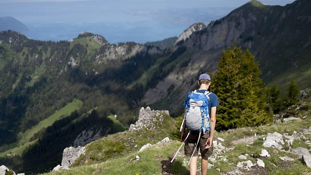 Ein Wanderer unterwegs bei Leysin in den Waadtländer Alpen. (Archivbild)