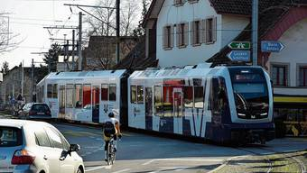 Zwei Bahnlinien, zwei Kantonsstrassen, Velos und Fussgänger: Das Dorfzentrum von Oberentfelden gilt als einer der komplexesten Verkehrsknoten der Region. Dort befinden sich auch Kirche, Gemeindehaus und Engelscheune.