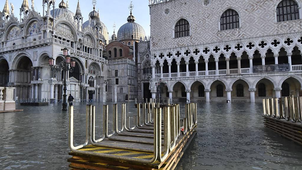 Auch kurz vor Weihnachten noch einmal acqua alta am Dogenpalast - Venedig wirbt um Touristen.