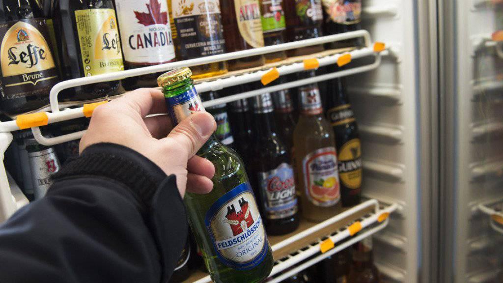 Am besten schneiden die Tankstellen-Shops ab: Bei nur 18 Prozent der Testkäufe konnten dort Jugendliche trotz Alterslimite Alkohol kaufen. (Symbolbild)