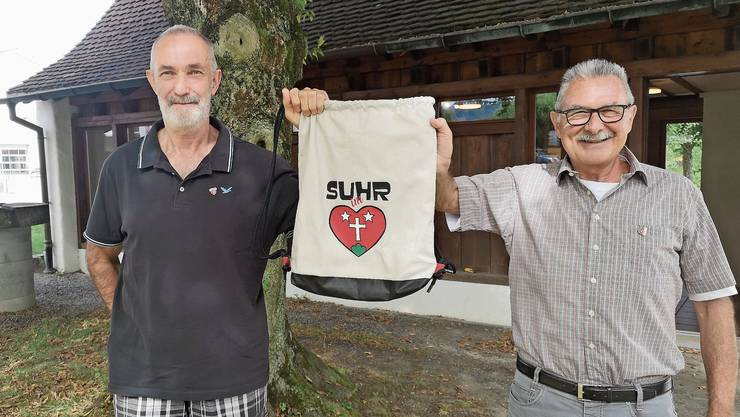 «Suhr im Herzen»: Andreas Ort (l.) und Martin Saxer zeigen eine Tasche der Interessengemeinschaft gegen den Zukunftsraum.