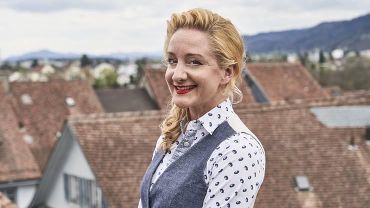 Über den Dächern von Baden: Isabelle Anne Küng auf der Terrasse ihrer Wohnung an der Niklausstiege.