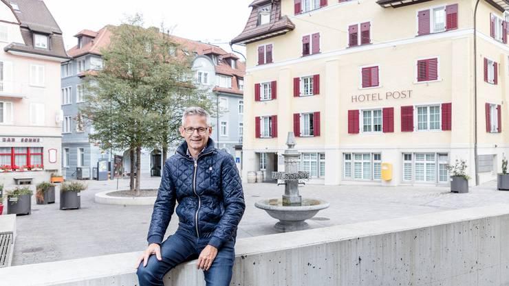 Der Wille zum Neustart ist da, aber die Ansiedlung von Gastronomie und Gewerbe braucht Zeit: Der Ennetbadener Gemeindeammann Pius Graf beim Augenschein am Postplatz.