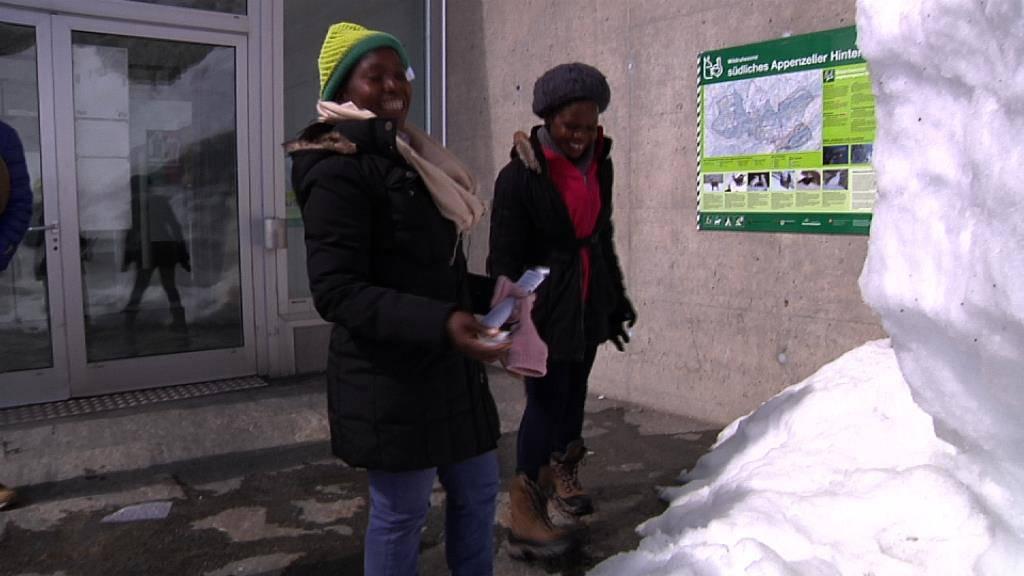 Die beiden Frauen sehen zum ersten Mal Schnee. (© Screenshot TVO)