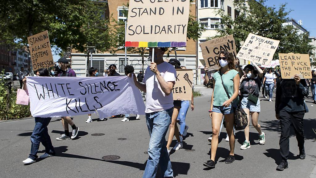 Anti-Rassismus-Demo mit mehreren hundert Menschen in Zürich