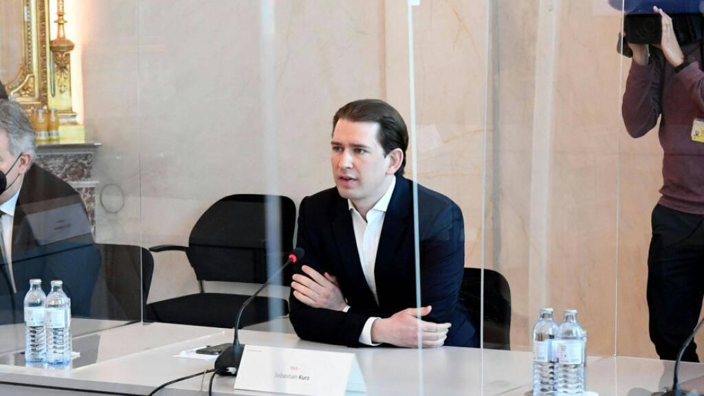 FILED - Österreichs Bundeskanzler Sebastian Kurz (r.) und Vizekanzler Werner Kogler bei einem Coronavirus-Regierungsgipfel. Photo: Helmut Fohringer/APA/dpa
