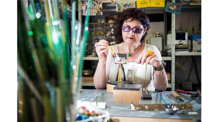 Die Perlenmacherin und Glashändlerin aus Menziken, Claudia Talotti, versinkt bei der Arbeit an einer Perle in eine andere Welt.Annika Bütschi
