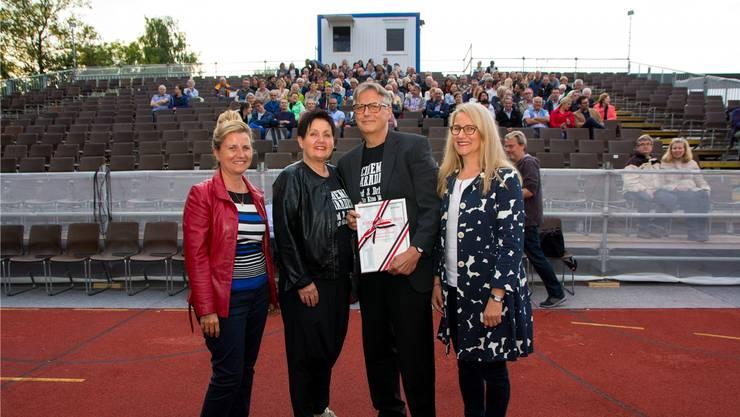 Irene und Peter Bachmann (in der Mitte) erhalten von Claudia Nick (links) und Ruth Portmann den Kulturpreis. Bild: Verena Schmidtke