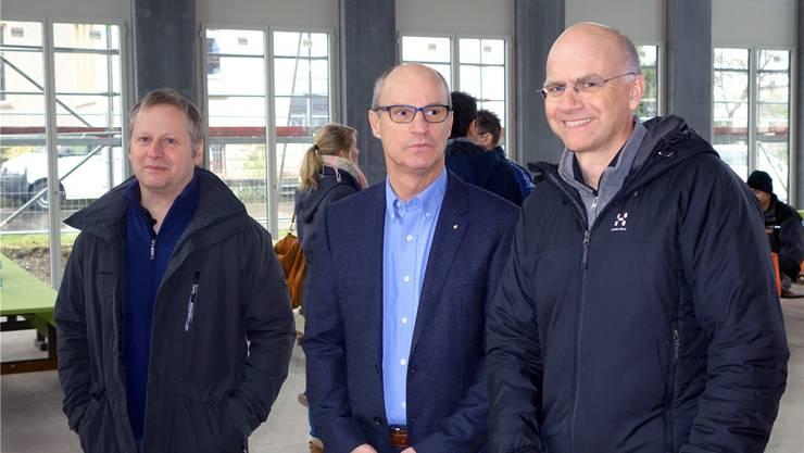 Auf der Baustelle des Schulhauses Zehntenhof (von links): Architekt Erich Niklaus, Gemeinderat Daniel Huser, Projektleiter Jürg Bischof. DM