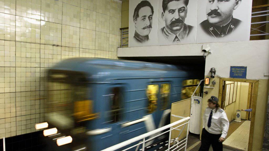 Bekannte Köpfe in der Moskauer U-Bahn, darunter Stalin. Nicht alltäglich allerdings sind abgetrennte Kinderköpfe. Mit einem solchen in der Hand benützte eine Mutter das öffentliche Verkehrsmittel und wurde daraufhin festgenommen (Symbolbild).