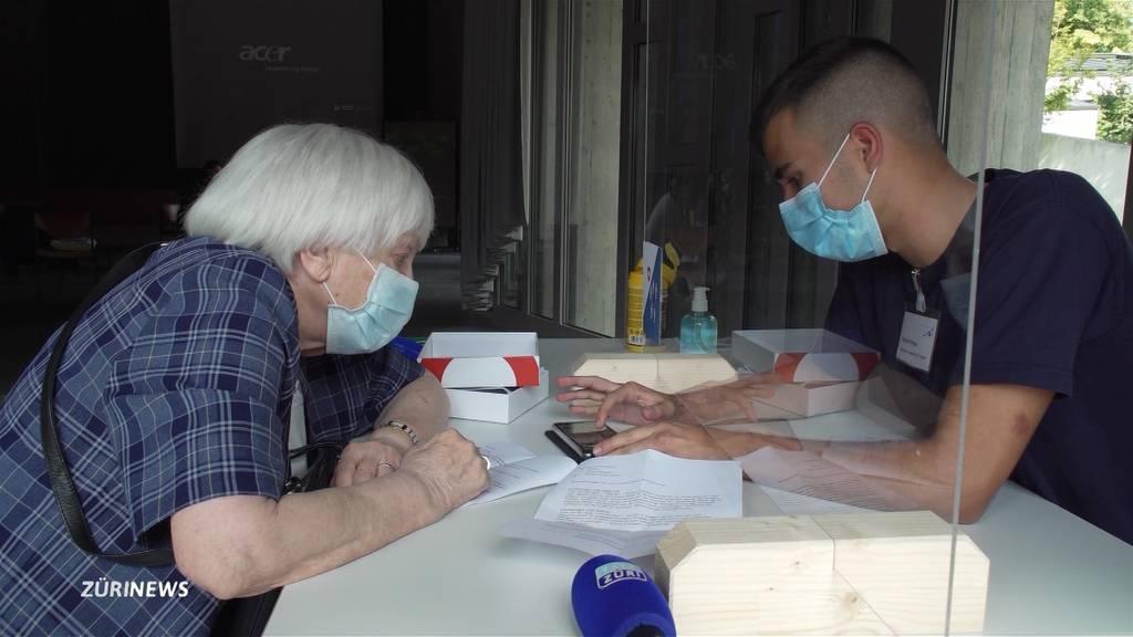 Jugendliche geben Senioren Smartphone-Nachhilfe