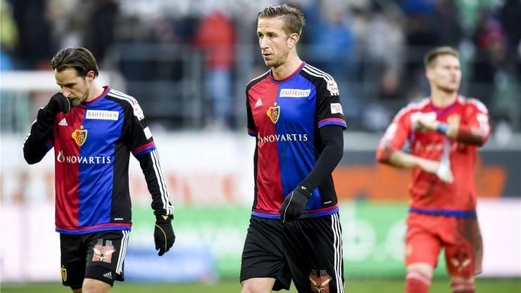 Marc Janko (Mitte) verlässt gedankenversunken das Spielfeld in St. Gallen. key