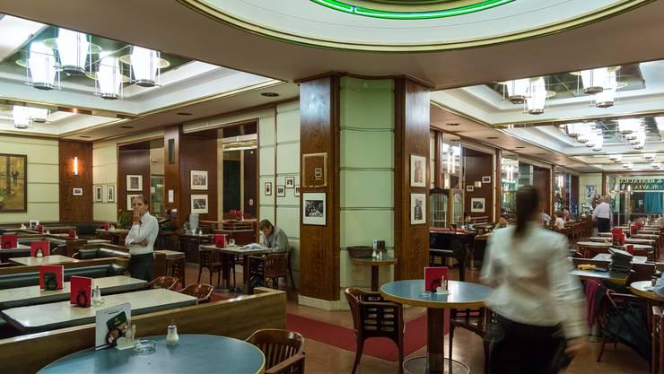 Das Café Slavia, in den Dreissigern im Art déco Stil umgebaut, war einst Literatentreff.