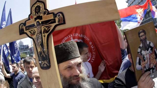 Priester tragen die Regierung Serbiens symbolisch zu Grabe