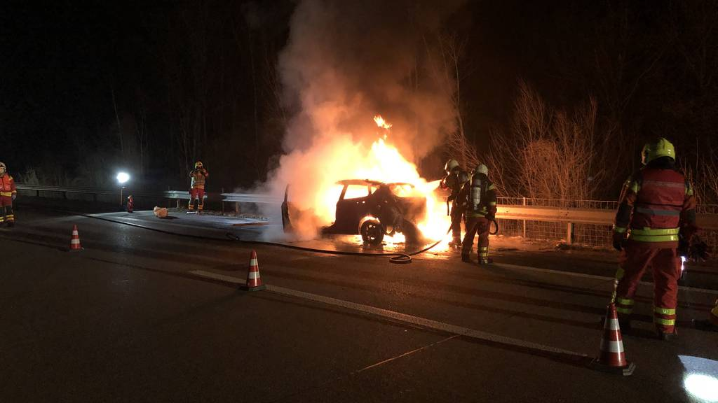 Während Fahrt Rauch bemerkt: Auto gerät in Vollbrand