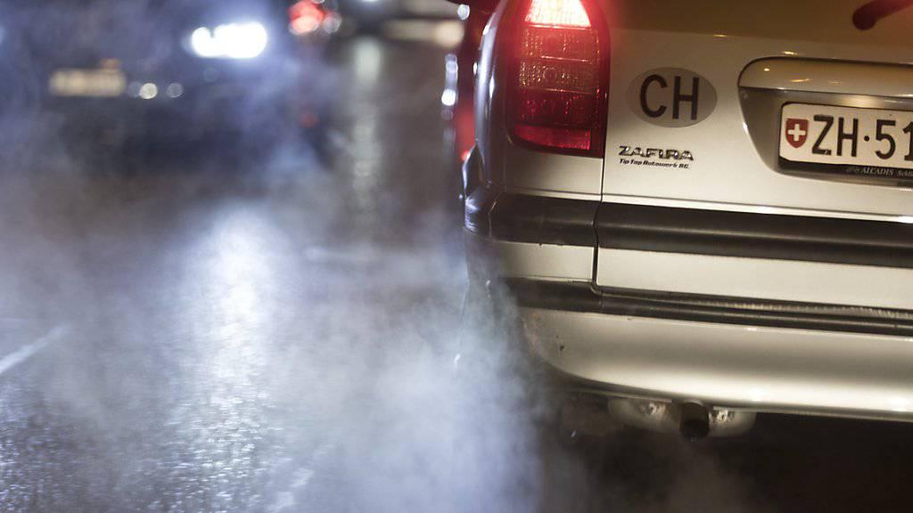 Abgas-Experten sind besorgt: Obwohl die Technologie zur Abgasreinigung weit gediehen ist, setzen Autos noch viel zu viel schädliche Russpartikel frei. Grund sind Schlupflöcher im Gesetz. (Symbolbild)