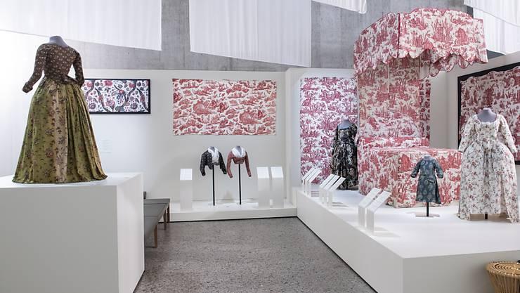 Ein Blick in die Ausstellung im Zürcher Landesmuseum: Aus den Stoffen entstanden auch Kleider für die gehobene Gesellschaft.