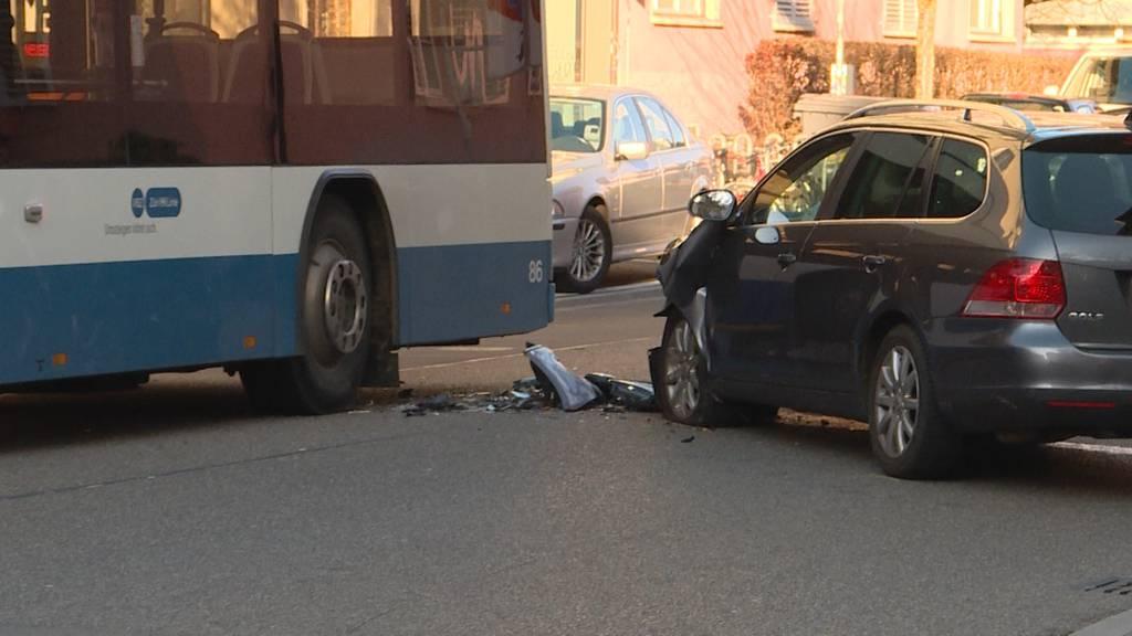 Lernfahrerin kollidiert mit VBZ-Bus: Mutter und Kind verletzt