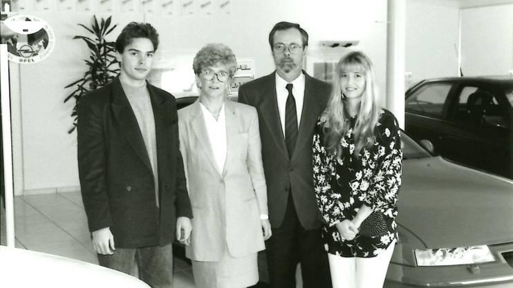 1992 eröffnete Ruedi Tinner (2. v. r.) die Garage «Ruedi Tinner AG» an der Mellingerstrasse. Mit dabei Sohn André, Frau Hanny und Tochter Corrinne.