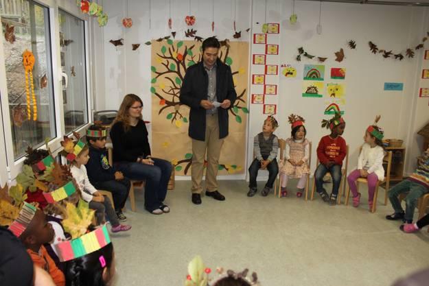 Stadtpräsident François Scheidegger lässt die bewegte Geschichte des Kindergartens Revue passieren.