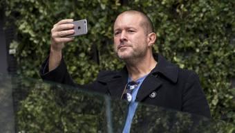 Er hat den Blick für das Wesentliche: Jony Ive mit dem iPhone, dessen stilbildende Form er als Chefdesigner von Apple entworfen hat.